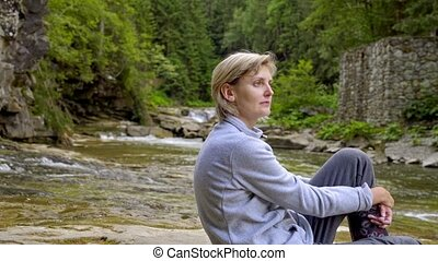 montagne, peu, séance femme, rochers, girl, rivière
