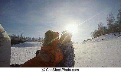 montagne, ralenti, appareil-photo., ensoleillé, neige, par, fils, enregistrement, action, vidéo, 1920x1080, joli, maman, themself, jour, sledding, heureux