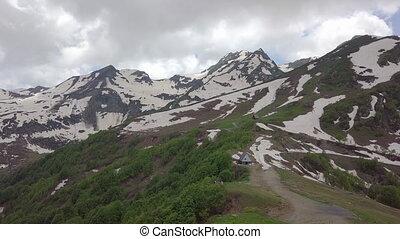 montagnes, aérien, neigeux, sommets, deux, maisons, petit, coup, vallée