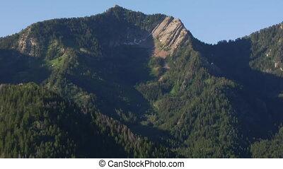 montagnes, aérien, zoom, forêt verte, coup