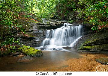 montagnes bleues, arête, nature, barbouillage, arbres, luxuriant, rochers, eau, vert, chutes d'eau, écoulement, paisible, mouvement, paysage