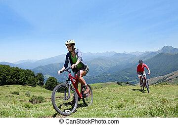 montagnes, couple, bicycles, équitation