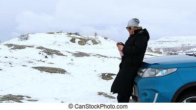 montagnes, femme relâche, neigeux