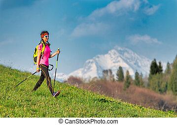 montagnes, marche, femme, retourner, printemps, jeune, nordique, excursion