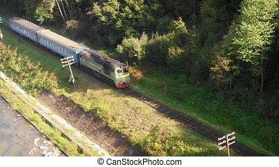 montagnes, rivière, ukrainien, prut, carpathian, diesel, train, suivre, passager