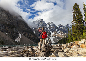 montagnes, rocheux, randonnée, &, lac, regarder, moraine, homme