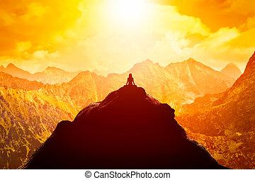 montagnes, séance, nuages, au-dessus, sommet, sunset., position yoga, femme méditer