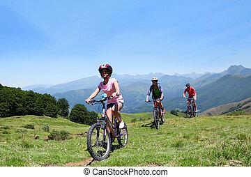 montagnes, vélos, famille, équitation