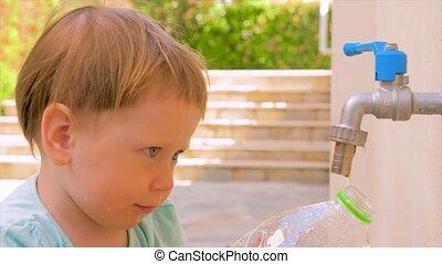 montessori, arrière-cour, summer., concept., manque, problèmes, remplissage, privé, plastique, jardin enfants, arrière-plan., assez, frais, bouteille, water., pas, preschooler, earth., jouer, eau