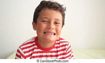 montrant dents, enfant, disparu