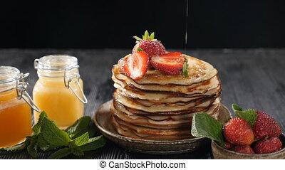 motion., entiers, breakfast., sirop, pancakes., miel, lent, érable, verser, pan cake, pile, sur, bas, égouttement, savoureux, stack., nourriture douce, hd