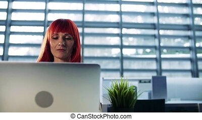 motion., femme affaires, bureau, laptop., lent, mûrir, portrait, utilisation