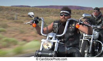 motocyclistes, cavalcade, trois, bas, désert, autoroute