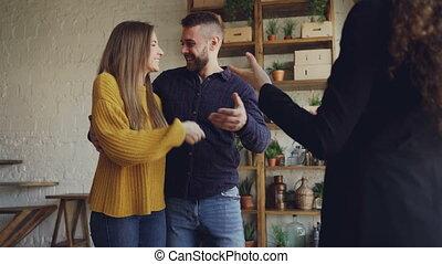 mouvement, baisers, lent, vrai, logement, clés, affaire, étreindre, propriété, acheteurs, réussi, bonheur, secousse, broker., mains, obtenir, agent, femme, après