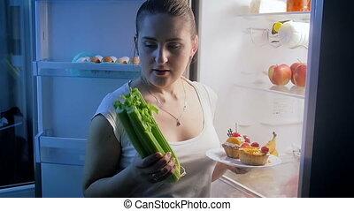 mouvement, femme, légumes, jeune, tard, dîner, lent, vidéo, choisir, entre, gâteau