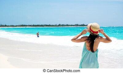mouvement, fille femme, marche, heureux, jeune, été, lent, fetes, blanc, plage., robe, beau