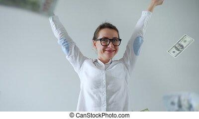 mouvement, from., femme, pluie, lent, heureux, lunettes, faisant argent