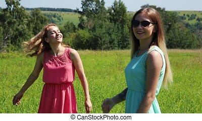 mouvement, lent, girlfrend, nature., filles, jeune, herbe, rotation, vert