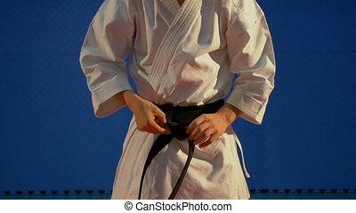 mouvement, lent, noeud, haut, karaté, équipement, kimono, noir, attachement, fin, homme, spécial, ceinture