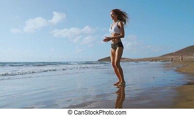 mouvement, lent, s'accroupit, pier., séance entraînement, jeune, saut, femme, vêtements de sport, steadicam, fitness, exercices, outdoors., fort, plyometric