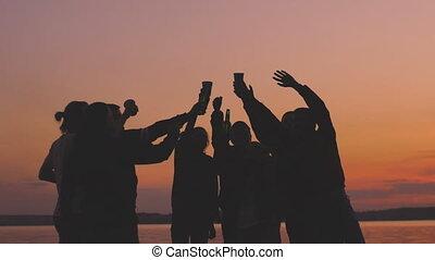 mouvement, lent, silhouette, gens, danse, jeune, groupe, bonne disposition, coucher soleil, avoir, fête, plage