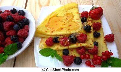 mouvement, myrtilles, verse, framboises, miel, crêpes, lent, fraises