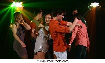 mouvement, nightclub:, companies., lent, synchronous, exécute, grand, movement., danse, paire, premier plan