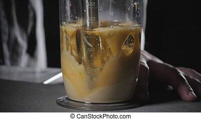 mouvement, oil., lemon., pression, usages, chef cuistot, mélange, jus, olive, blender., ingrédients, fait maison, lent, battement, sauce., mayonnaise