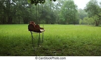 mouvementde va-et-vient, vide, pluie, lentement, bois, balançoire