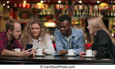 multi-ethnique, exposition, couples, photos, café, chaque, séance, autre, laugh.