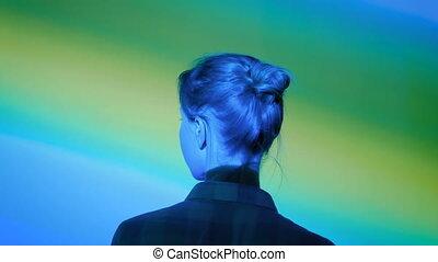 multi, femme, autour de, couleur, lumière, moderne, regarder, exposition, illumination