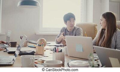multiethnic, bureau, confiant, réussi, moderne, jeune, entrepreneur, coworking, asiatique, meeting., homme affaires, parler