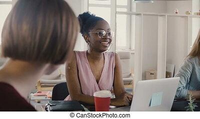 multiethnic, bureau, séance, 4k., moderne, américain, collaboration, femme, meeting., employé, table, équipe, africaine, heureux