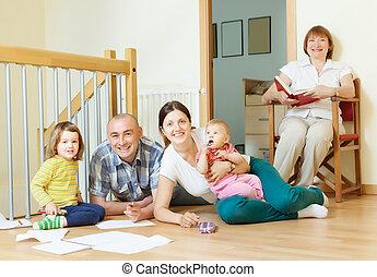 multigeneration, apprécier, famille heureuse, maison