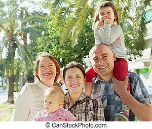 multigeneration, heureux, portrait, famille, parc