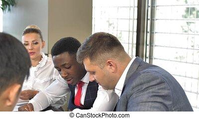 multiracial, lent, plans, business, ensemble, mouvement, équipe, discuter
