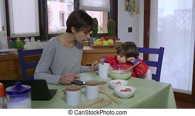 multitâche, occupé, femme, maman, mère
