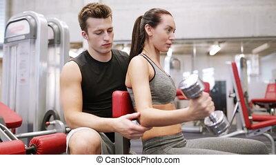 muscles, couple, jeune, fléchir, haltère, gymnase