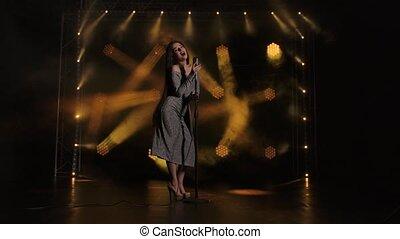 music., solo, lent, lights., brillant, battement, danses, robe, vendange, microphone, concert, chanteur, clair, femme, exécute, sombre, brunette, charmer, étape, motion., touchers