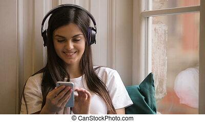 musique, femme souriante, texting