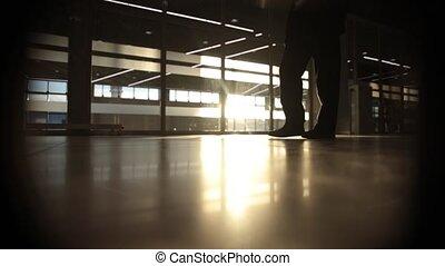 mystère, marche, silhouette, gens, grand, fenêtre, devant, rétroéclairage