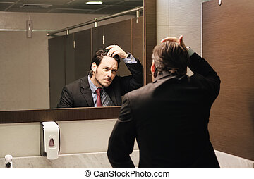 naissance cheveux, bureau, business, inquiété, regarder, hispanique, restrooms, homme