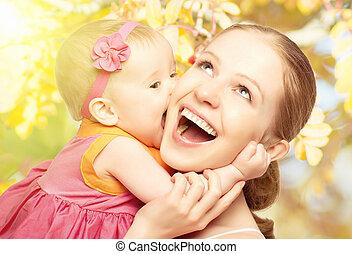 nature, family., mère, étreindre, gai, rire, dehors, bébé, baisers, heureux