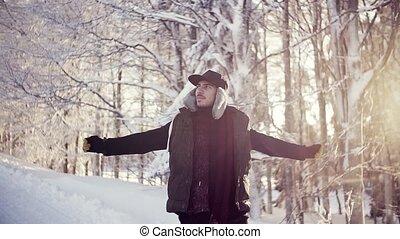 neige, forest., jeune, dehors, heureux, marche homme, hiver