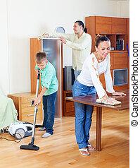 nettoyage, famille heureuse, trois, maison