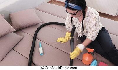 nettoyeur, vide, femme, nettoyage, sofa