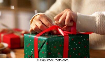 noël, attachement, cadeau, mains, emballage, arc