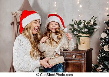 noël, claus, portrait, dons, famille heureuse, santa, maison, chapeau