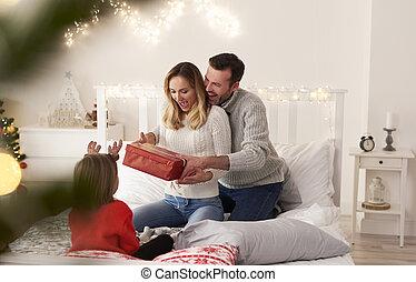 noël, dépenser, famille, lit, cadeau, excité, matin