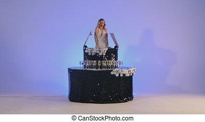 noir, constitué, poser, félicitations, merlin, blond, formulaire, arrière-plan., émerge, monroe, lent, bleu leger, birthday., jeune, charmer, studio, cake., femme, motion., fête, fête